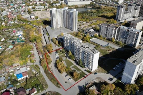 Проезжая дорога прошла по территории дома (выделено красным) к новой соседней многоэтажке