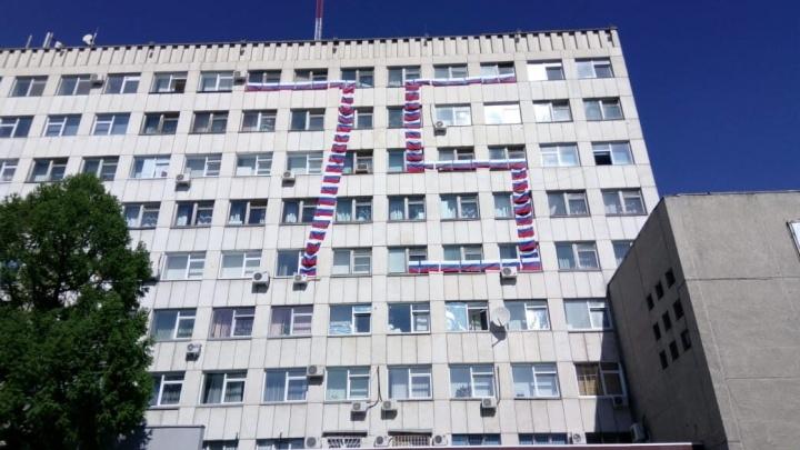 «У Победы красное знамя»: курганцы обсуждают выбор триколора для украшения зданий к 9 Мая