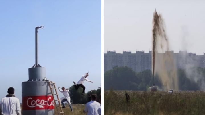 Новосибирский блогер высыпал соду в 10 тысяч литров кока-колы — показываем, что из этого получилось
