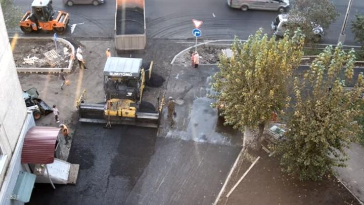 В Красноярске рабочий перенёс девочку через горячий асфальт