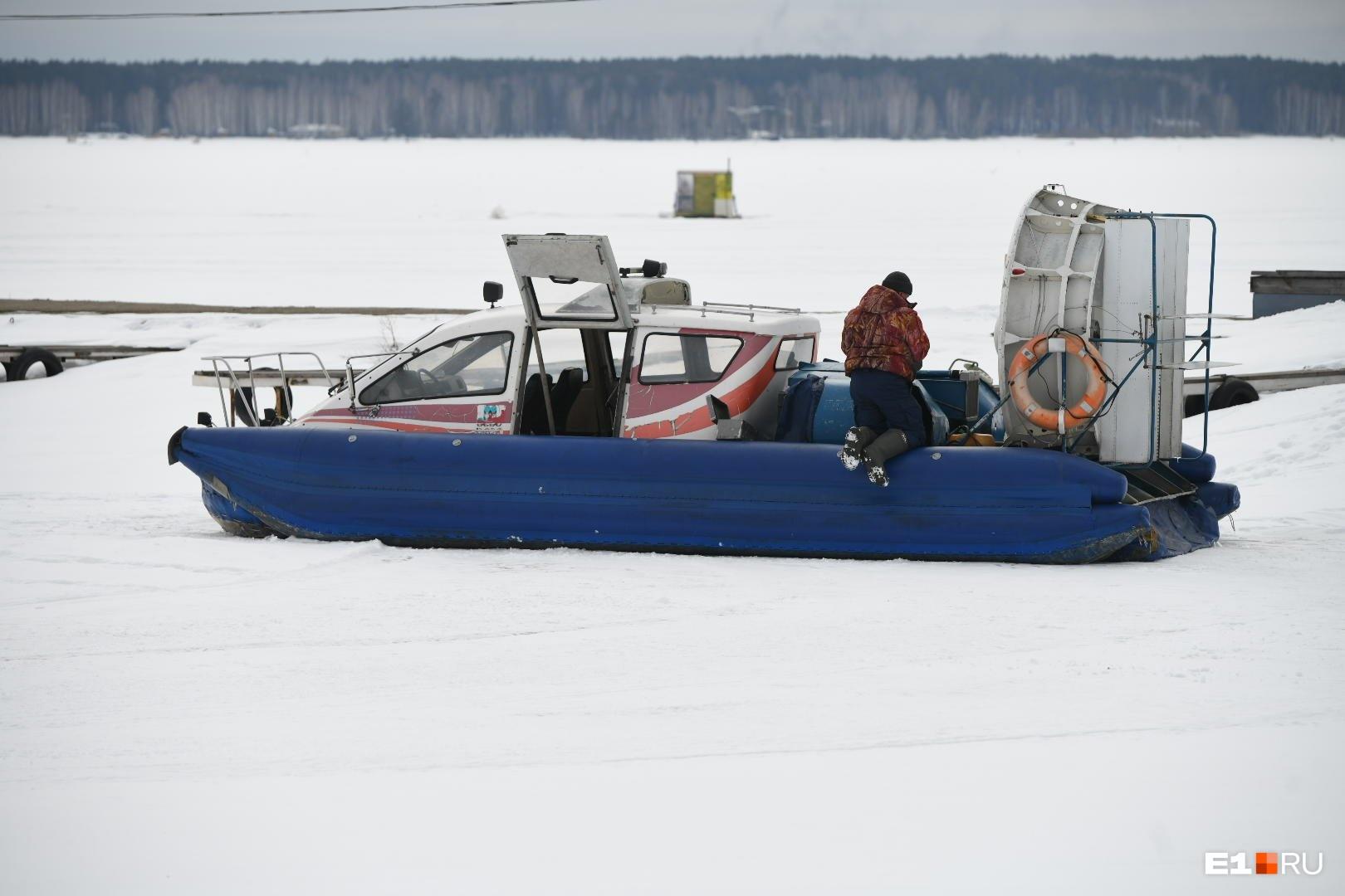 Одна из трех лодок, на которых эвакуировали рыбаков