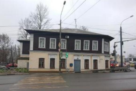 Вид на историческое здание со стороны улицы Наумова