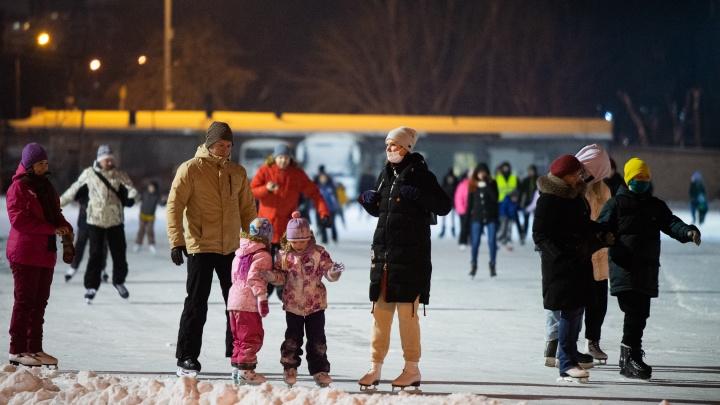 Все на лед! Показываем, как стартовали массовые катания на коньках в Екатеринбурге