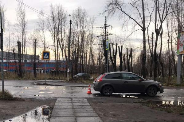 Машина наехала на женщину утром — водитель не затормозил на пешеходном переходе