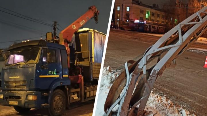 Снес 300 метров проводов, загнул столбы: на Машиностроителей КамАЗ остановил движение транспорта