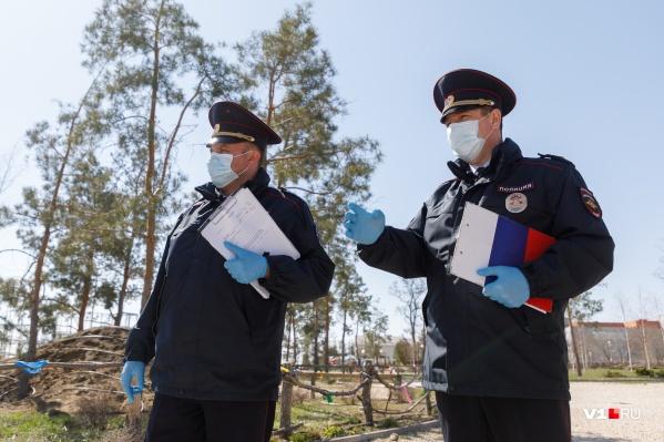 Полицейские следят, соблюдают ли граждане режим самоизоляции
