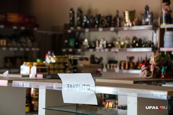 Некоторые магазины продают алкоголь после 18 часов, несмотря на запрет