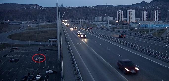 Десятки водителей на парковке под Николаевским мостом сводят с ума жителей «Тихих зорь»