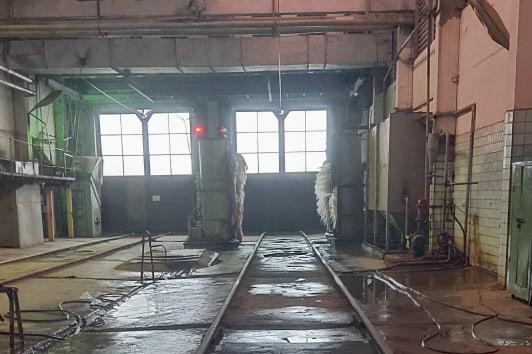 «Полный беспредел»: в Ярославле у трамвайного депо прохудилась крыша. Видео