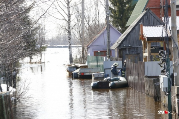 """Этот снимок был сделан на острове <a href=""""https://29.ru/text/spring/69231673/"""" target=""""_blank"""" class=""""_"""">28 апреля фотокорреспондентом 29.RU</a>. Как сообщил наш читатель, который и по сей день находится там на даче, сегодня вода начала спадать"""