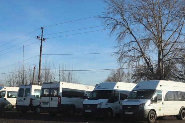 Пассажиры не могли дождаться транспорта, а в это время на конечной стояли больше 20 маршруток