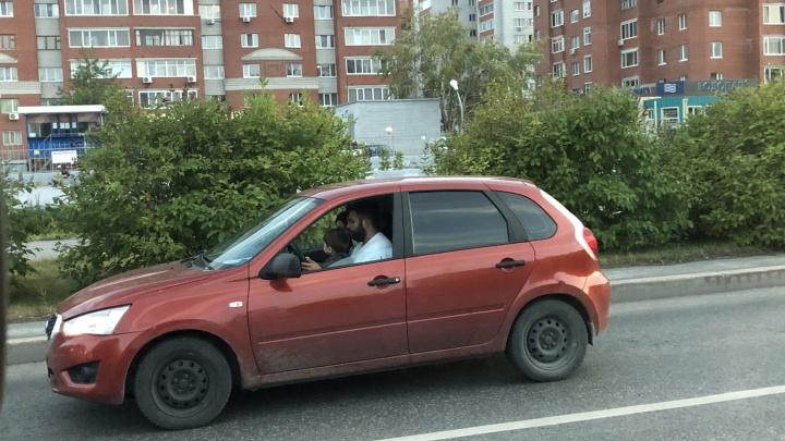 В Тюмени автомобилист усадил за руль малыша. Его разыскали с помощью камер наблюдения и наказали