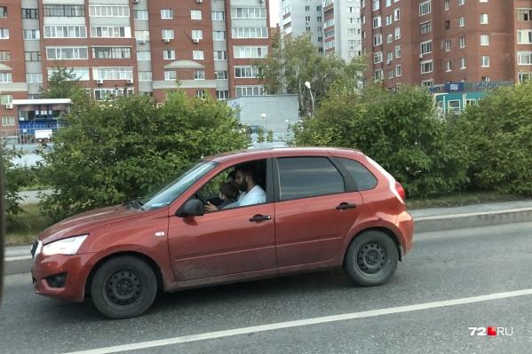 Тюменцы сняли на дороге малыша, которого взрослый автомобилист усадил за руль
