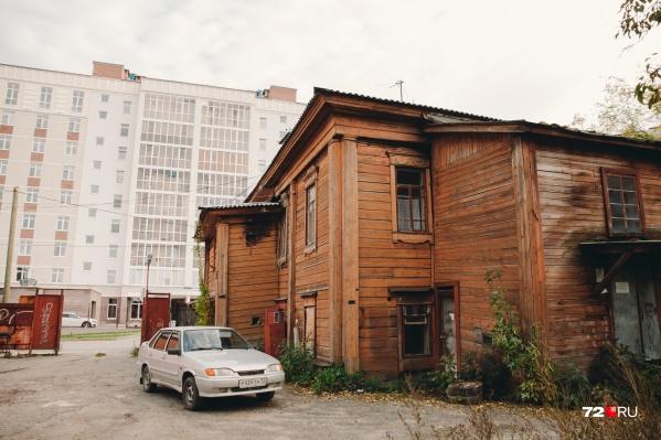 Двухэтажка с вековой историей грустно наблюдает за новой холеной многоэтажкой. Возможно, в ближайшие пару лет это деревянное здание сотрут с карты Тюмени