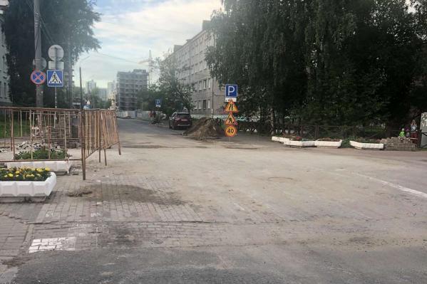 Разрытый асфальт мешал прохожим, гуляющим по проспекту Чумбарова-Лучинского