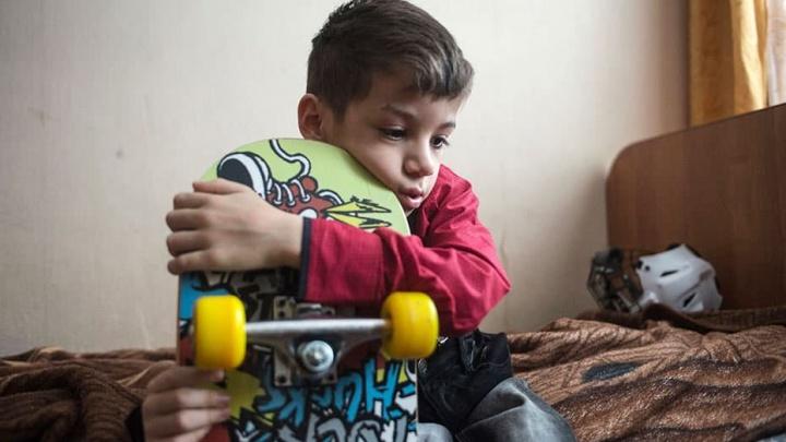 Семья приютила мальчика с врожденной болезнью из красноярского детдома и пытается поставить на ноги