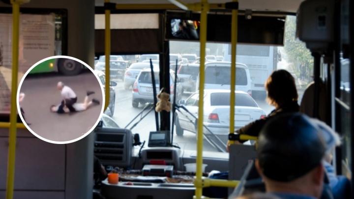 Водитель автобуса в Черемушках скрутил неадекватного пассажира приемами из вольной борьбы