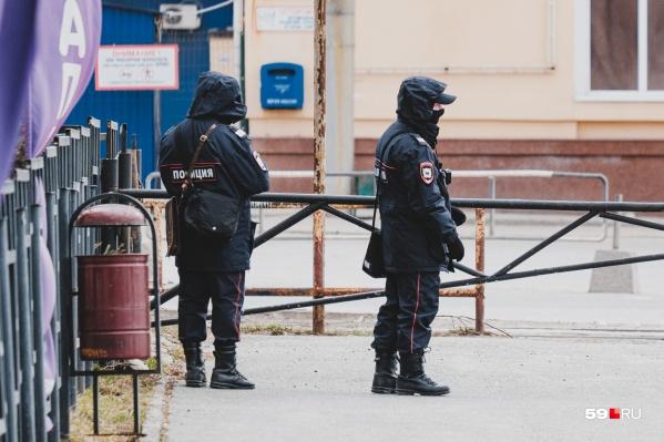 Сотрудники полиции задержали мужчину у его дома