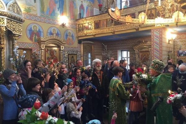 В храме целителя Пантелеймона на улице Лучевой в Екатеринбурге полно народа