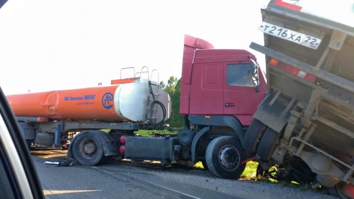 В Новосибирской области столкнулись бензовоз, «Газель» и Mercedes, есть пострадавшие