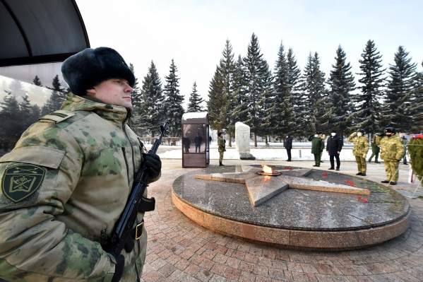 В Парке имени 30-летия Победы состоялась церемония возложения венка и цветов