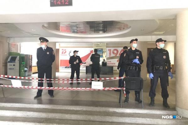 Полиция стоит на всех этажах