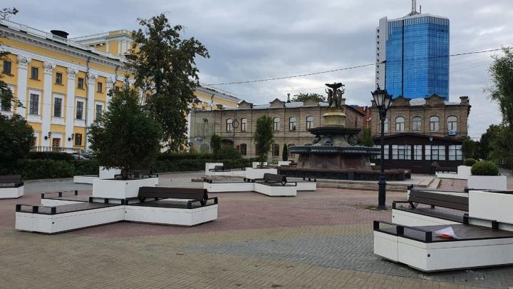 «Ставили по линейке всю ночь»: Кировку привели в порядок с помощью бетонных клумб и скамеек