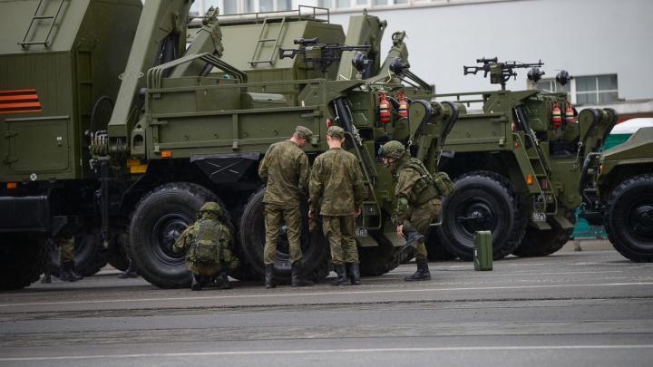 На Вторчермете военные репетируют парад Победы: прямой эфир
