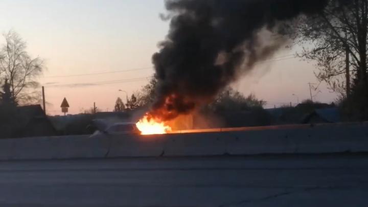 Автомобиль BMW сгорел у тюменской объездной