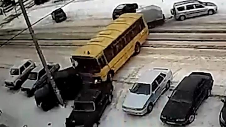 Школьный автобус в Голышманово снес машины и пешехода