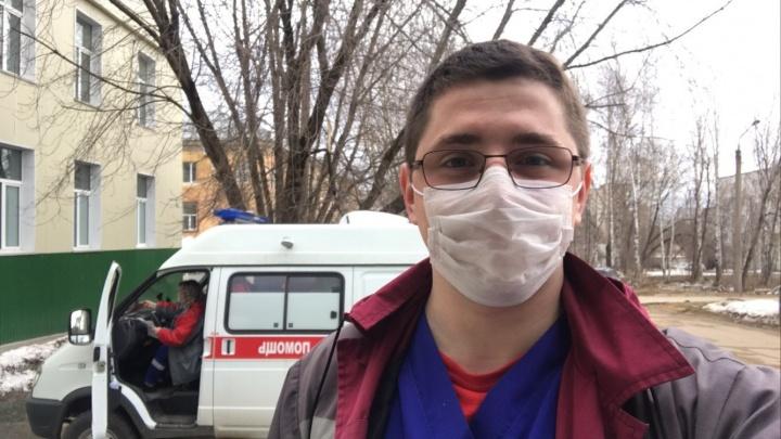«Выхожу на сутки, чтобы коллегам было легче»: медбрат скорой помощи — о работе в период пандемии