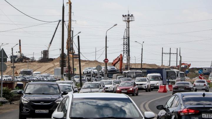 Опорная стена развязки в Ольгино пошла трещинами. Строители уверяют, что это неопасно