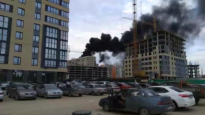 В Тюмени крупный пожар: черный дым видно из центра города
