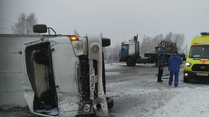 На заснеженной трассе М-5 под Челябинском после столкновения с фурой перевернулся фургон
