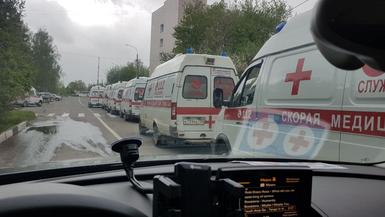 Очередь скорых перед больницей