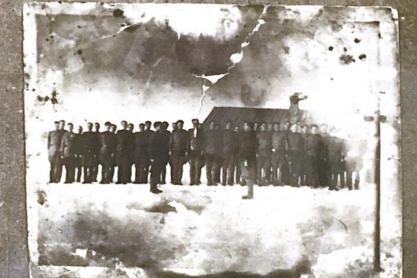 Ахмет Абузаров (третий слева) вместе с фронтовыми товарищами на построении