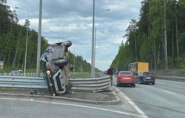 На дублере Сибирского тракта Renault влетел в отбойник и встал на переднее колесо