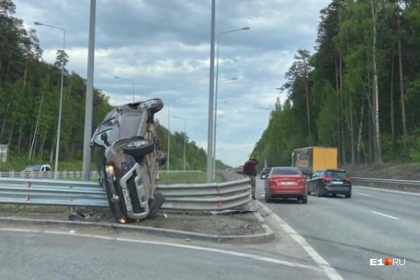Судя по следам на дороге, водитель не вписался в поворот