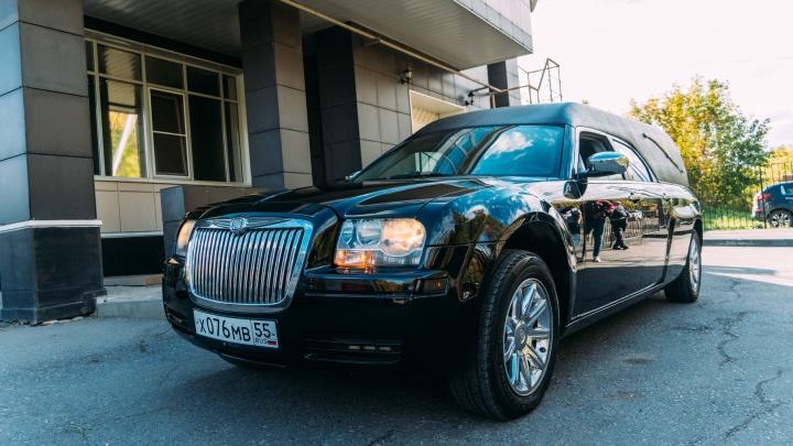 20 тысяч за поездку на кладбище: в Омске появился американский катафалк Chrysler