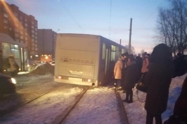 После столкновения автобус выбросило на трамвайные пути