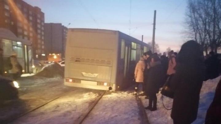 Автобус вылетел на трамвайные пути: ДТП заблокировало движение по улице Титова