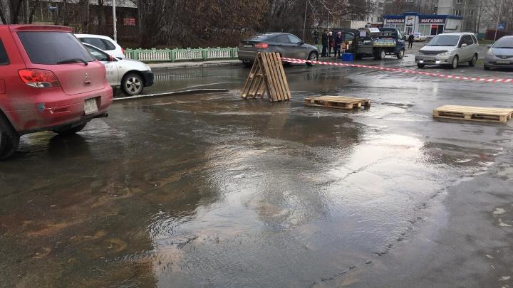 Недалеко от Красного проспекта прорвало трубу — вода выливается на проезжую часть