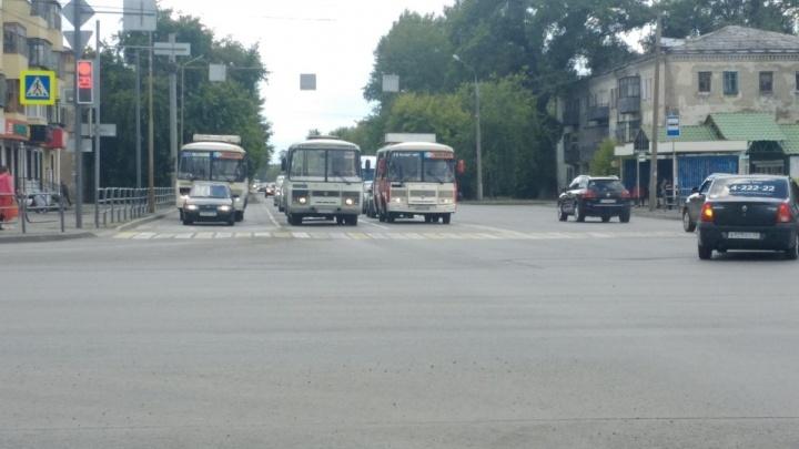 «Всех как ветром сдуло»: в Кургане пассажиров автобуса напугал мужчина с ножом в зубах