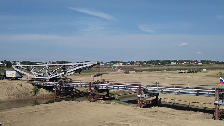 Военным потребовалось меньше часа, чтобы собрать временный мост под Омском