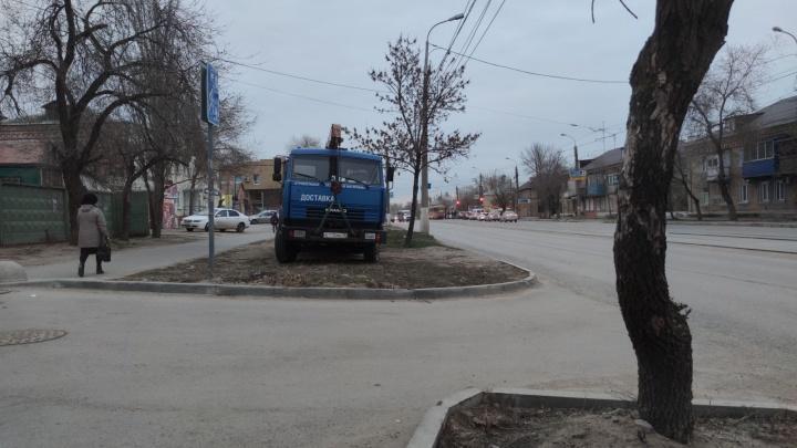 «А травку я не заметил»: волгоградские автохамы оккупировали зазеленевшие газоны