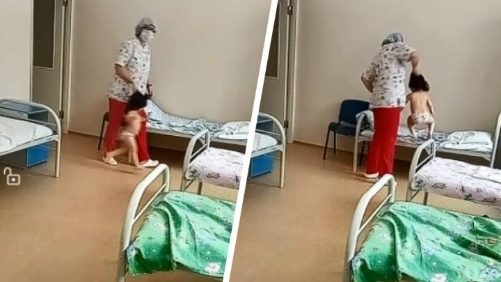 Следователи начали проверку из-за видео, на котором медсестра схватила ребенка за волосы и швырнула на кровать