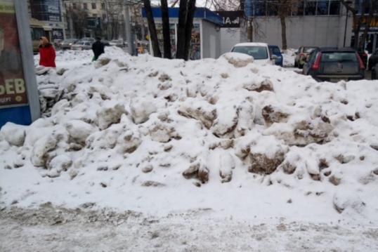 В челябинской мэрии пообещали штрафовать предпринимателей за кучи снега возле магазинов