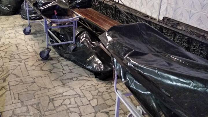 «Там ведь люди в них»: челябинец снял на видео траурный зал морга, заваленный пакетами с бирками