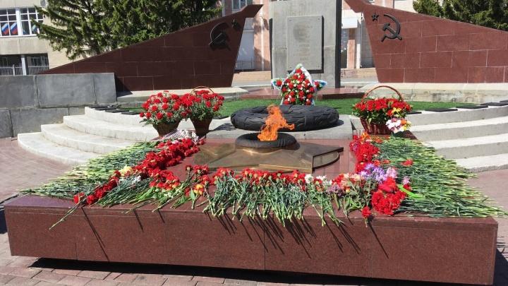 Яркие флаги и цветы у мемориалов во время самоизоляции: смотрим, как Курган отмечает юбилей Победы