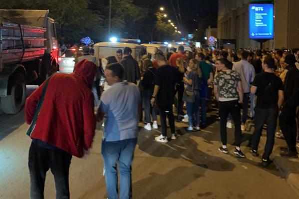 Очевидцы говорят, что веселье не прекратилось, несмотря на появление полиции